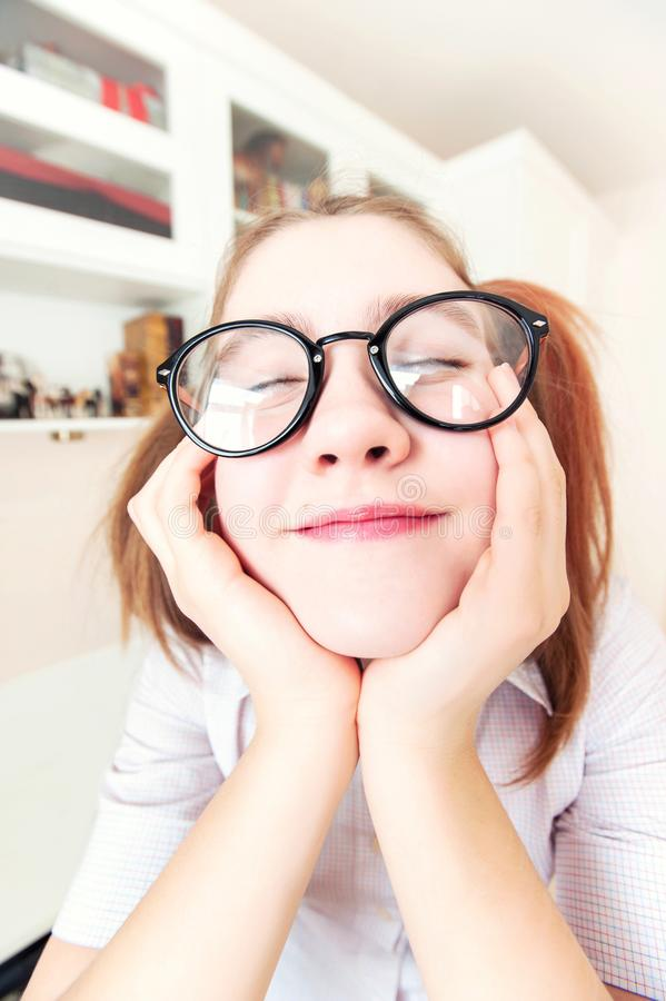 Lustiges nerdy Mädchen mit Pferdeschwänzen in den Brillen träumend über hol stockfoto