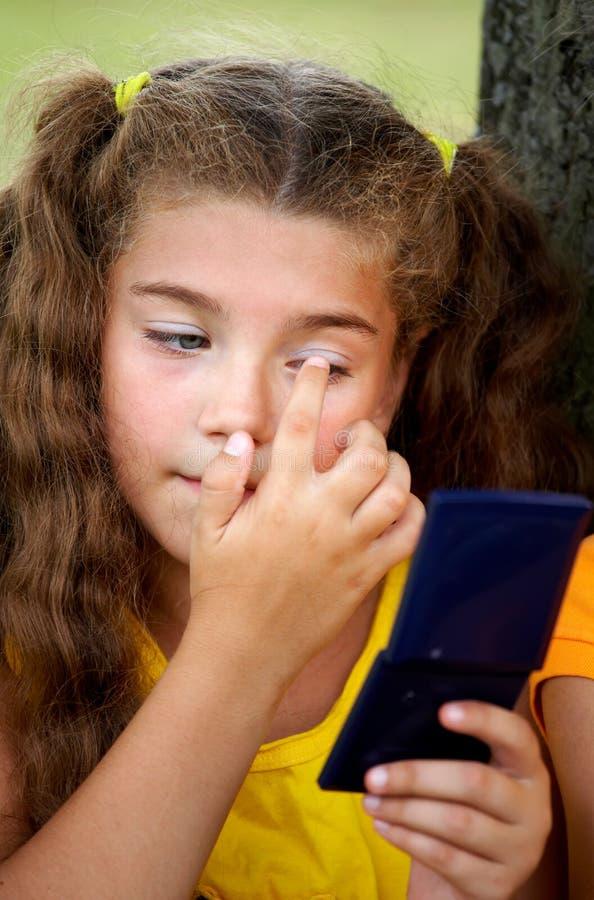 Lustiges nettes Mädchen mit Kosmetik lizenzfreie stockfotos