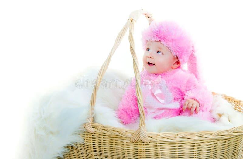Lustiges neugeborenes Schätzchen kleidete in der Osterhasenklage an lizenzfreie stockfotos