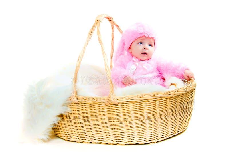 Lustiges neugeborenes Schätzchen kleidete in der Osterhasenklage an lizenzfreie stockbilder