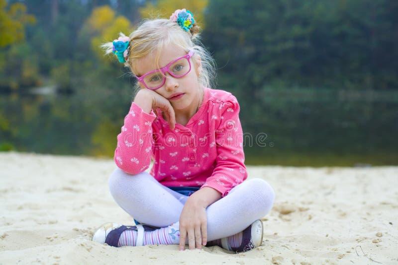 Lustiges Porträt des emotionalen Mädchens in den rosa Gläsern lizenzfreie stockbilder
