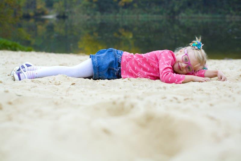 Lustiges Porträt des emotionalen Mädchens in den rosa Gläsern lizenzfreies stockbild