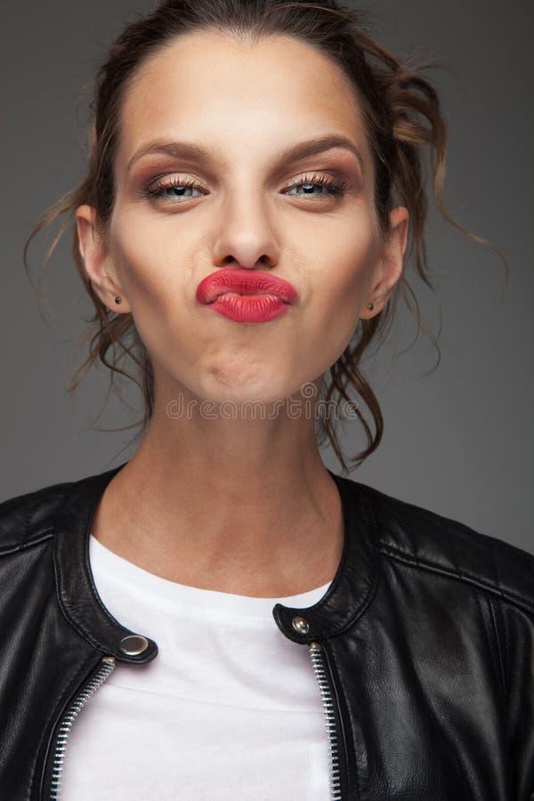 Lustiges Porträt einer jungen Frau, die Sie küsst lizenzfreies stockbild