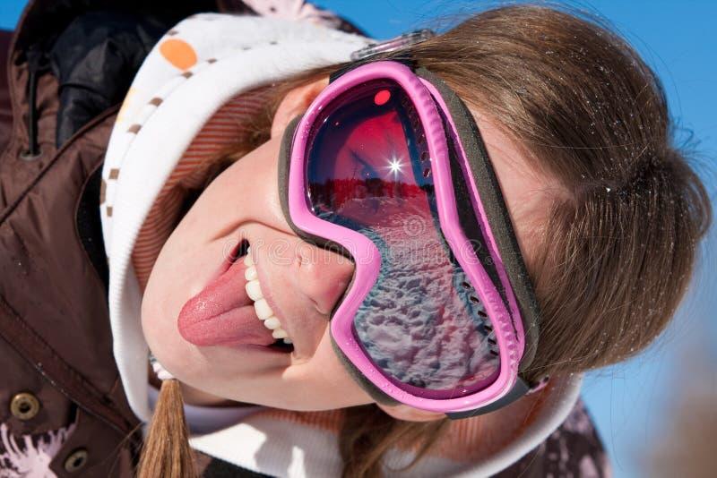 Lustiges Portrait des Mädchen-Skifahrers lizenzfreie stockfotografie