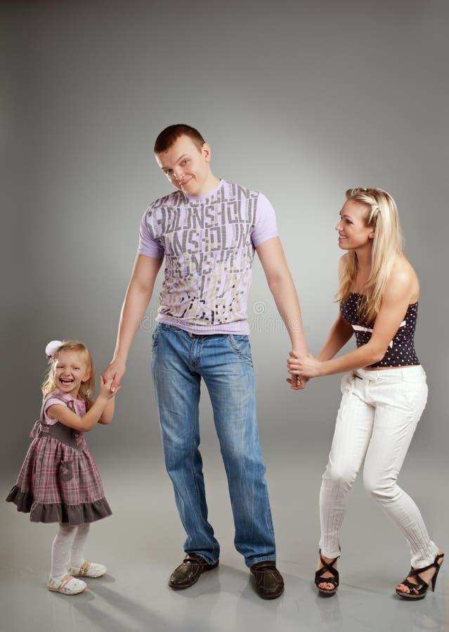 Lustiges Portrait einer glücklichen Familie, die zusammen steht stockfoto