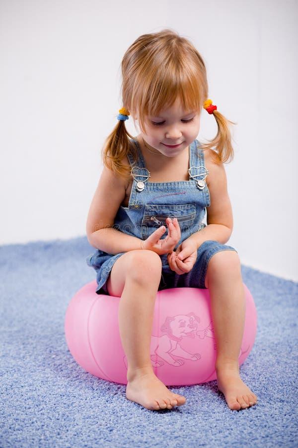 Lustiges reizendes kleines Mädchen lizenzfreies stockfoto