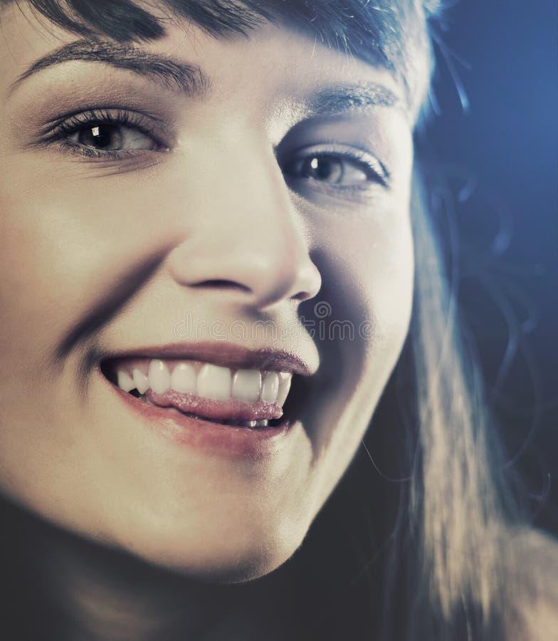 Lustiges Retro- angeredetes weibliches Porträt lizenzfreies stockbild