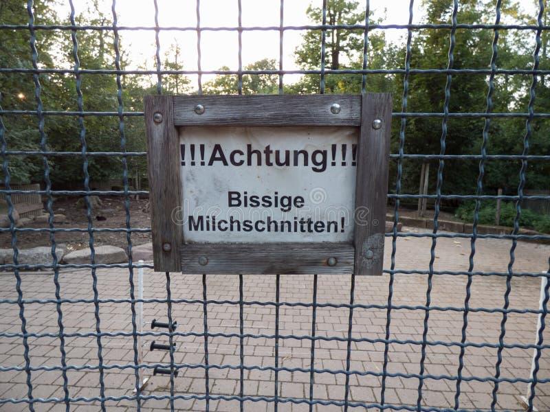 Lustiges Schild in einem Zoo stockbilder