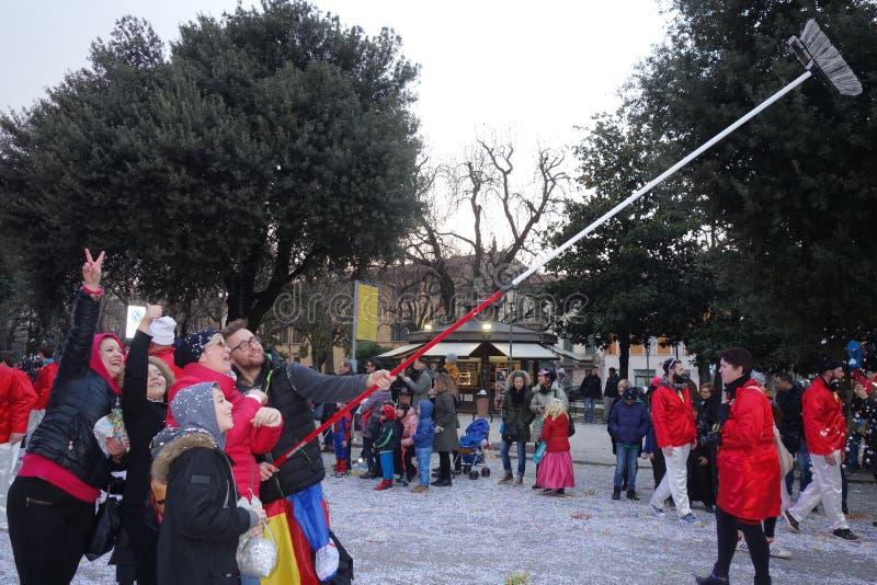 Lustiges selfie mit Besen an der Karnevalsparade in Verona lizenzfreie stockfotografie