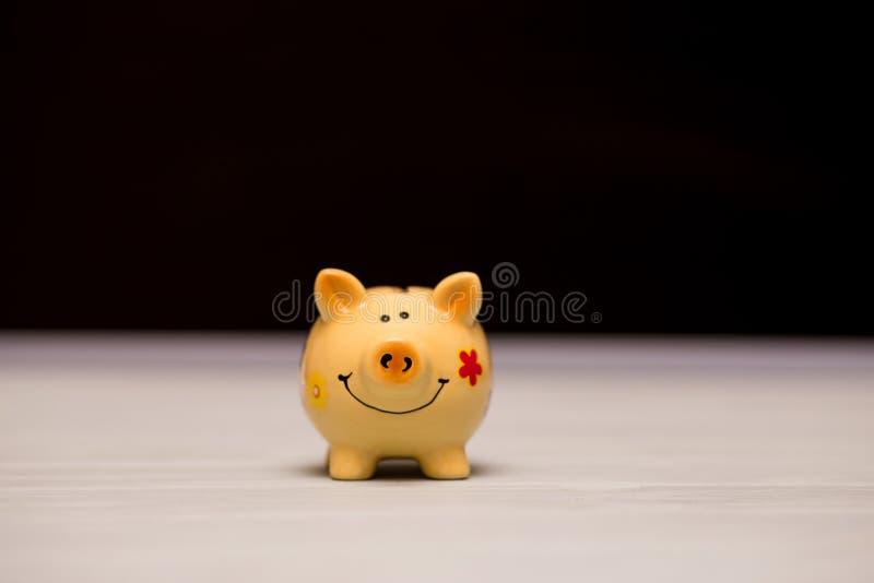 Lustiges Sparschwein auf dunklem Hintergrund Symbol-Feier, zum 2019 zu ändern lizenzfreie stockbilder