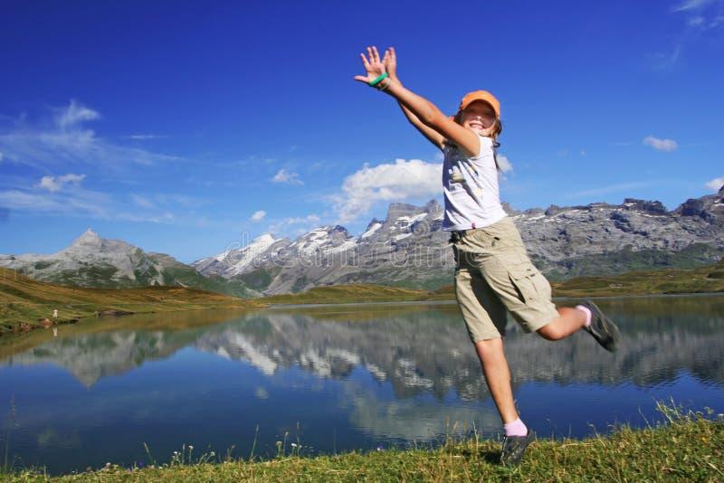 Lustiges springendes Mädchen lizenzfreie stockfotos