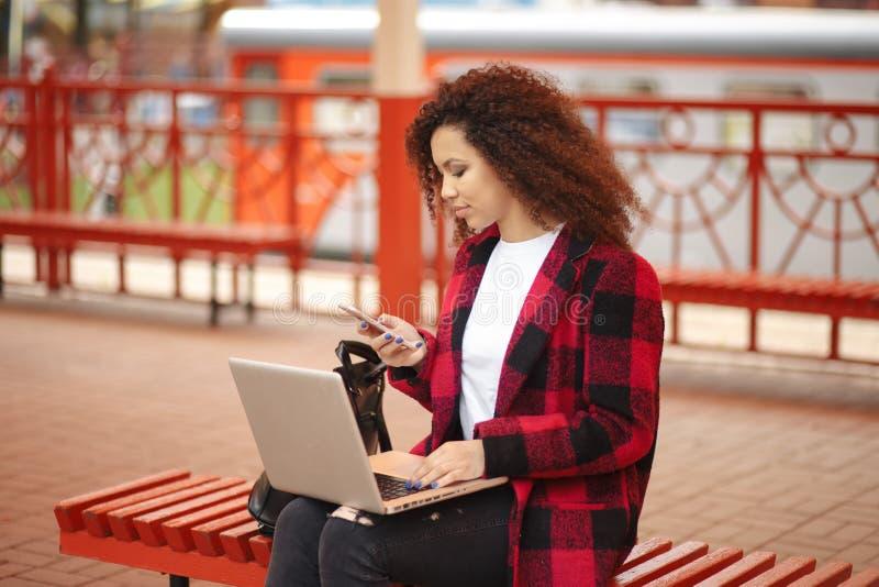 Lustiges trauriges junges Mädchen des Nahaufnahmeporträts, das oben denkend schaut, schlechte Nachrichten sms sehend, herein zu k lizenzfreie stockfotografie