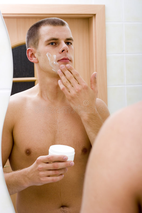 lustra to łazienka faceta golenie young zdjęcie royalty free