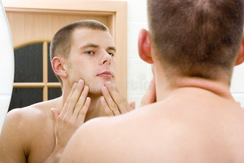 lustra to łazienka faceta golenie young zdjęcie stock