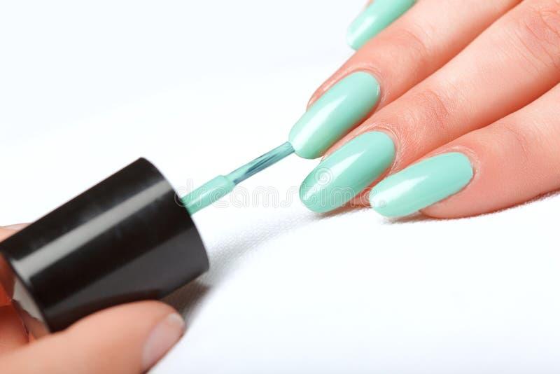 Lustrador de prego manicure Mãos de MBeauty Pregos coloridos à moda imagem de stock
