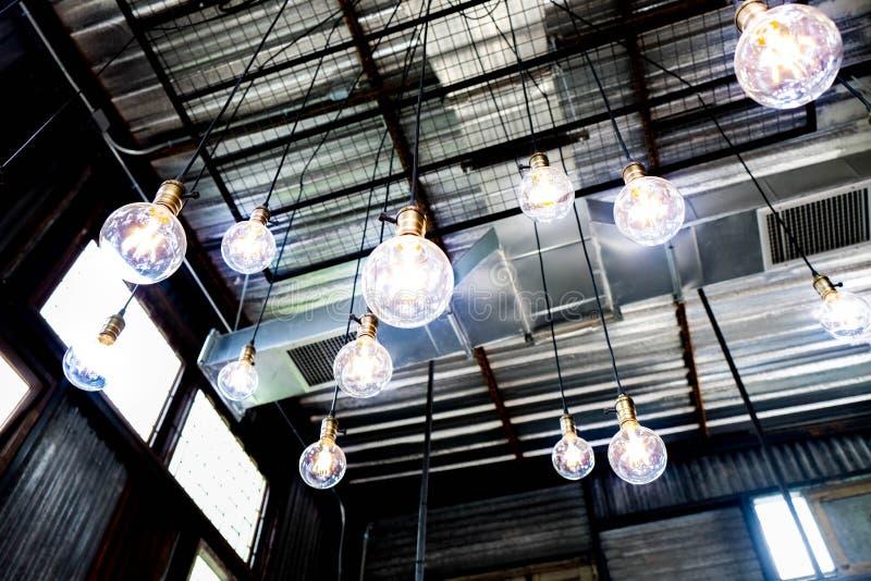 Lustre bleu futuriste de boules d'éclairage d'énergie photo libre de droits