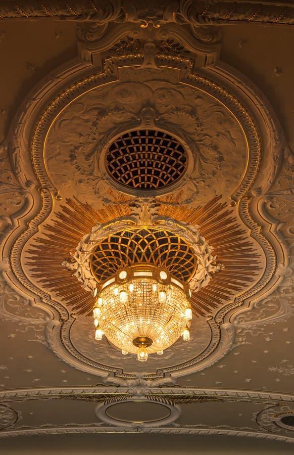 Lustre dans le théâtre national Riga photographie stock