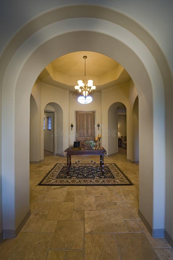 Lustre de lit dans le couloir la maison photo stock - Lustre pour couloir maison ...