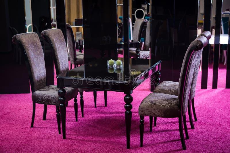 Lustre de madera del negro del color de la tabla tabla hecha de estilo clásico de madera oscuro Tabla de la habitación clásica de fotos de archivo libres de regalías