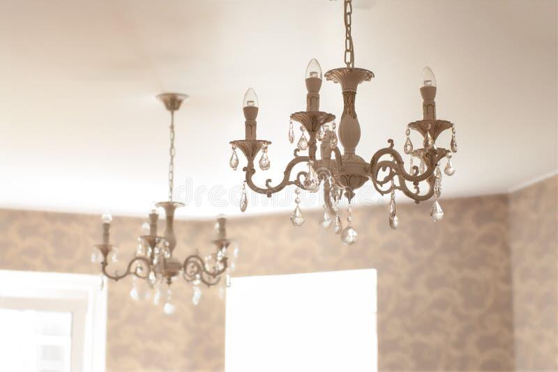 Lustre de verre cristal de vintage avec les lampes menées dans le salon images stock