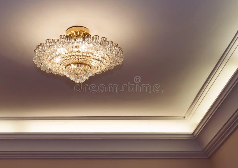 Lustre en cristal accrochant sur le plafond photos libres de droits