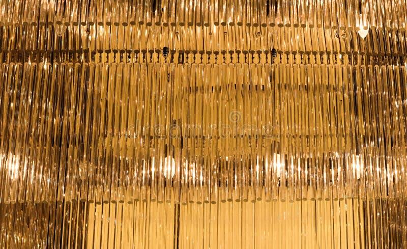 Lustre en verre d'or avec la lumière photos stock
