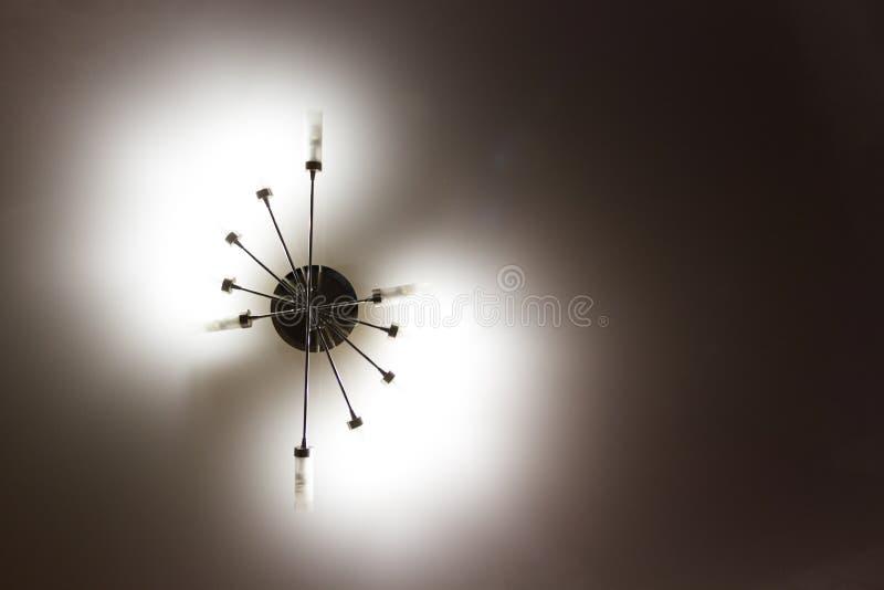 lustre foncé sur le plafond photo libre de droits
