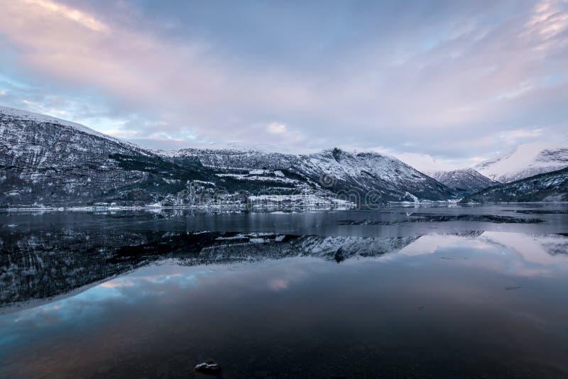Lustro jak odbicie w jeziornym góry wintertime zdjęcie royalty free