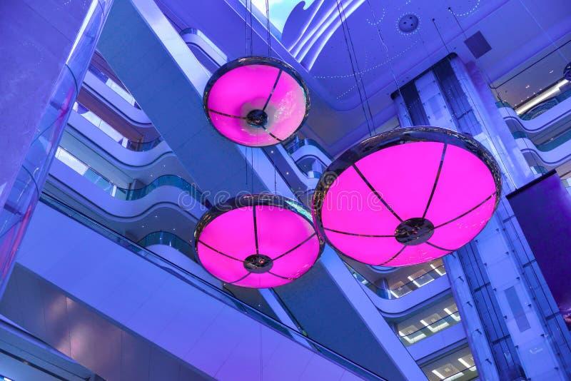 Lustro porpora delle luci nel centro commerciale commerciale della costruzione fotografie stock libere da diritti