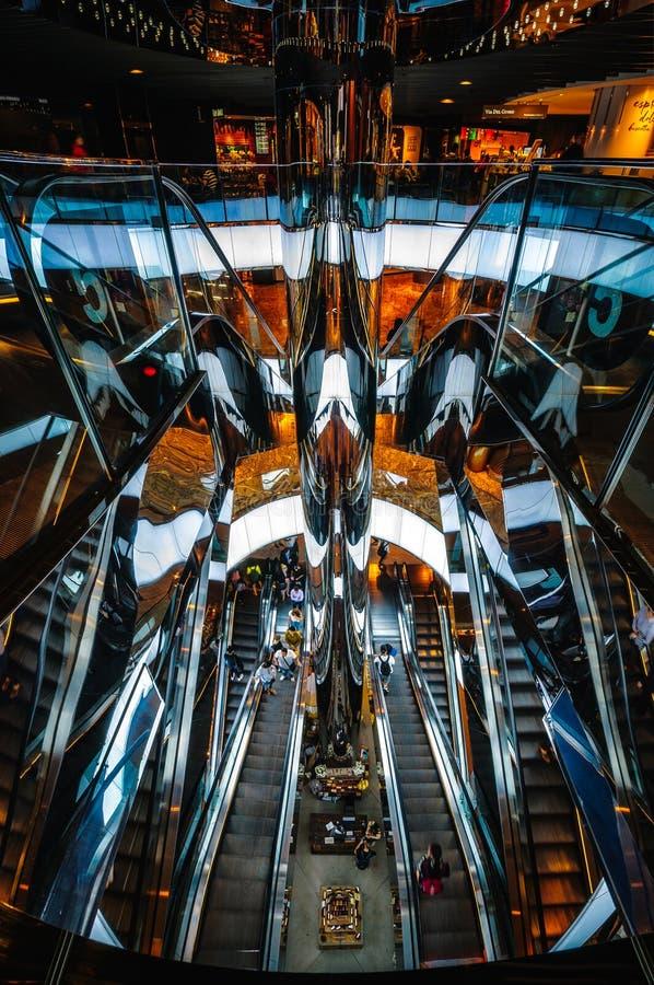Lustrzana eskalator żyła złota przy zakupy centrum handlowym w Sydney fotografia stock