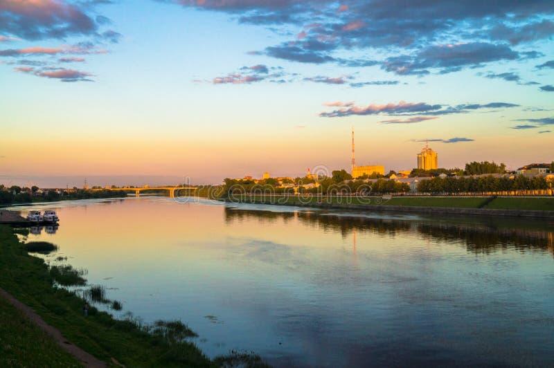 Lustrzana glansowana powierzchnia Volga rzeka odbija dramatycznego zmierzchu niebo Miasto Tver, Rosja obrazy stock