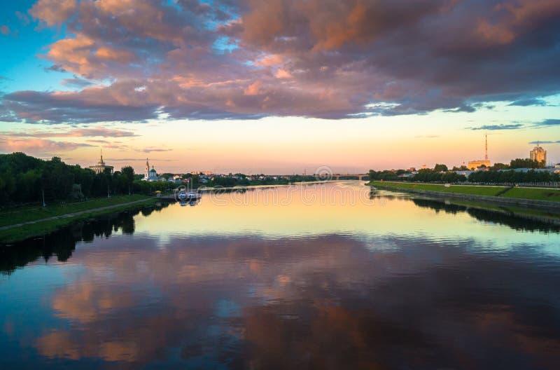Lustrzana glansowana powierzchnia Volga rzeka odbija dramatycznego zmierzchu niebo Miasto Tver, Rosja zdjęcie stock