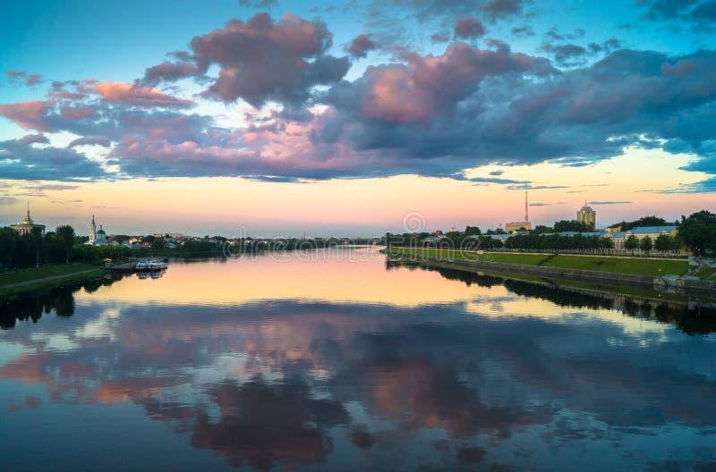 Lustrzana glansowana powierzchnia Volga rzeka odbija dramatycznego zmierzchu niebo Miasto Tver, Rosja zdjęcia stock