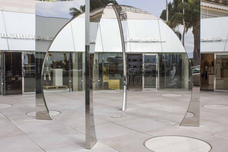 Lustrzana rzeźba na Cannes croisette zdjęcie royalty free