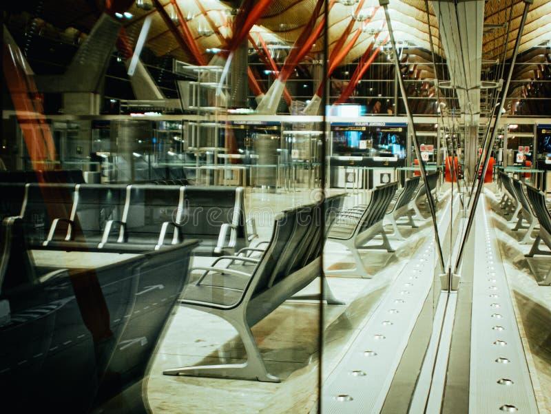 Lustrzany widok okno w lotnisku i ławka obrazy stock