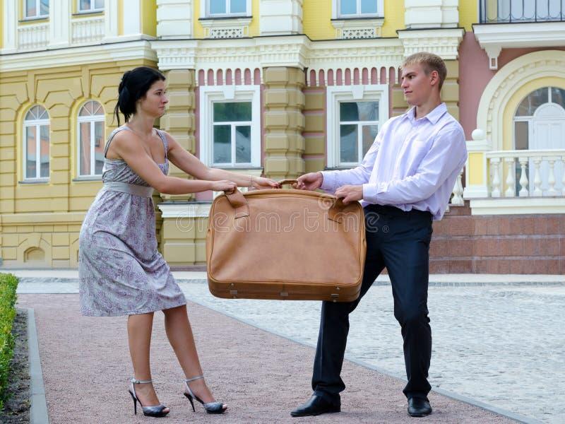 Luta à moda dos pares sobre a bagagem fotos de stock