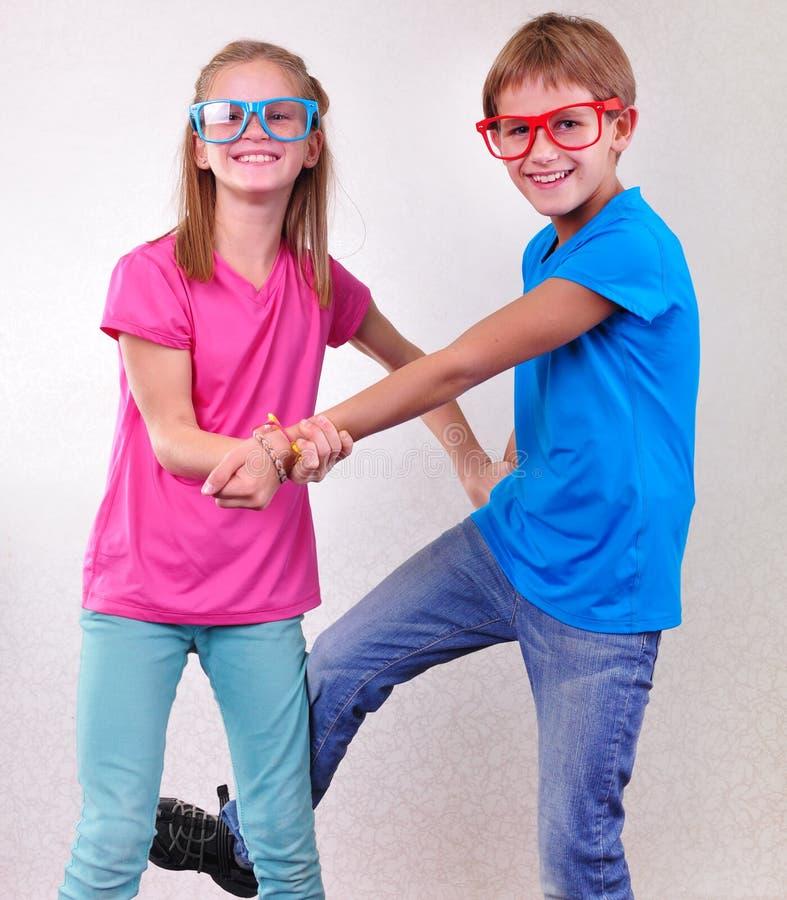 Luta brincalhão dos gêmeos do irmão e da irmã imagem de stock royalty free