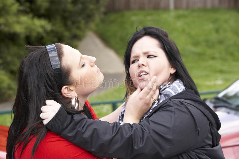 Luta de duas mulheres novas foto de stock royalty free