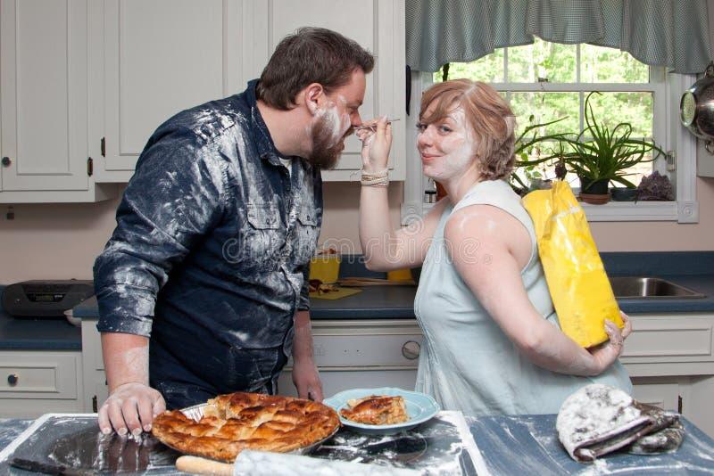 Luta do alimento do marido e da esposa foto de stock