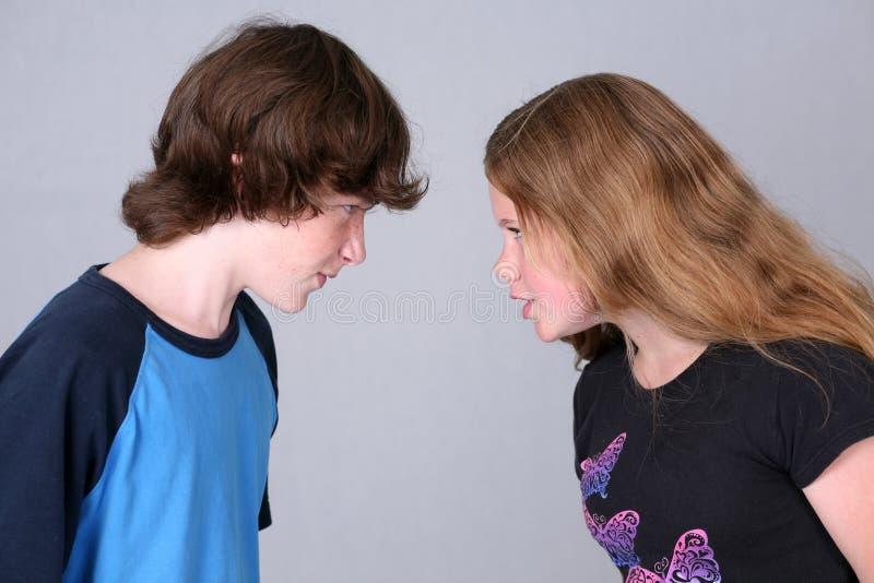 Luta do menino e da menina do Tween imagem de stock royalty free
