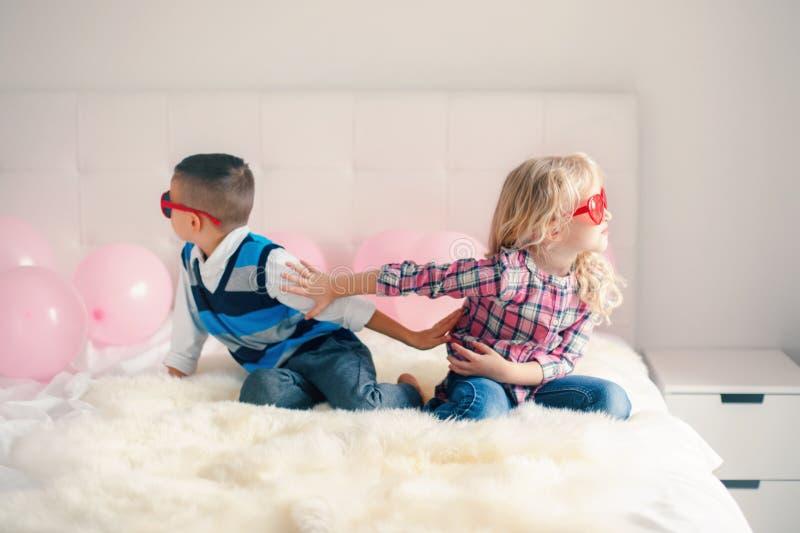 Luta do menino e da menina e ter uma discussão ou mal-entendido fotografia de stock