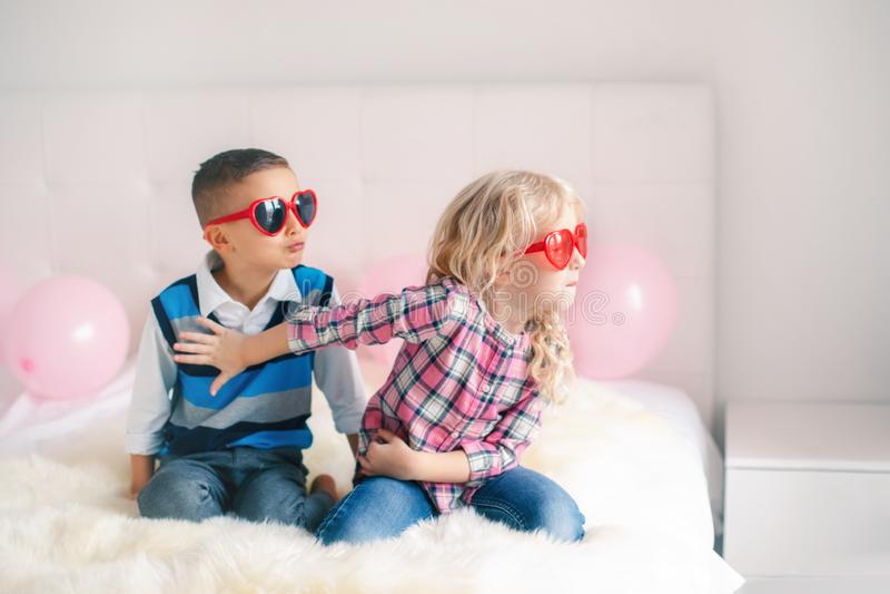Luta do menino e da menina e ter uma discussão ou mal-entendido foto de stock