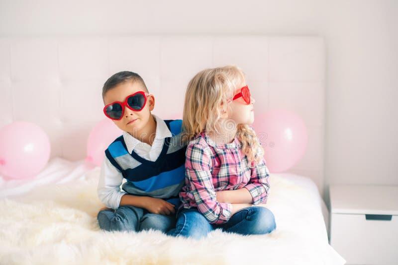 Luta do menino e da menina e ter uma discussão ou mal-entendido fotografia de stock royalty free