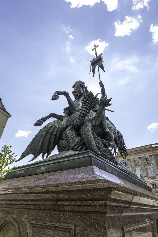 Luta do St Georges contra o dragão em Berlin Germany September 2017 imagens de stock
