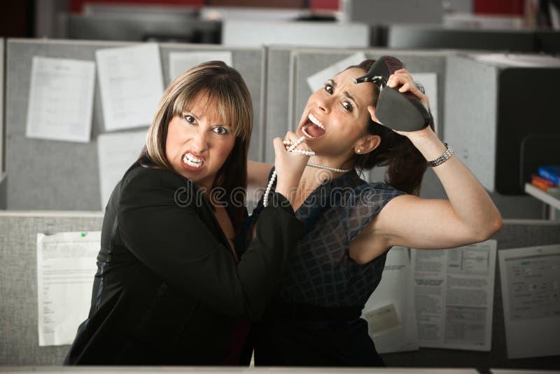 Luta dos trabalhadores de escritório foto de stock