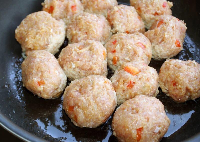 Luta jordkalkonköttbullar som lagar mat i kastrull royaltyfri bild