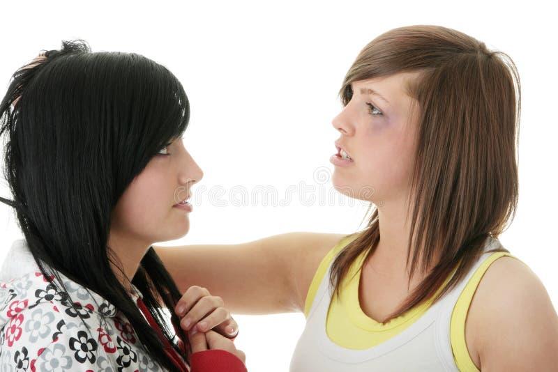 Luta nova de dois adolescentes (irmãs) foto de stock