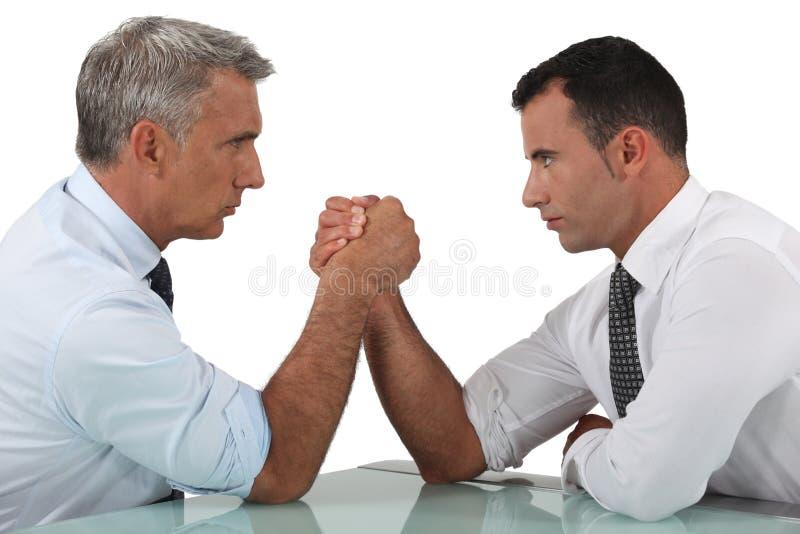 Luta romana de braço dos homens de negócios imagens de stock royalty free