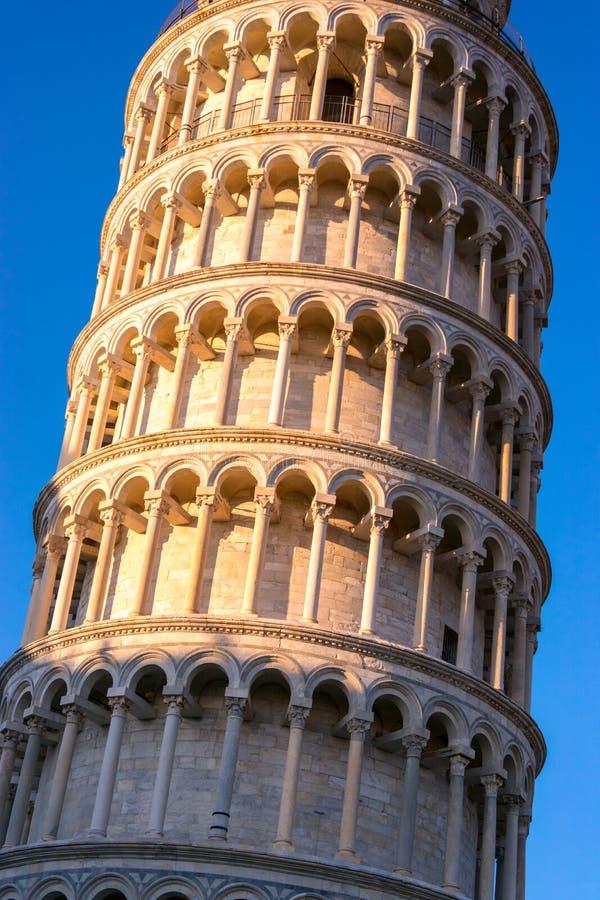 Luta stå hög av Pisa, Italien royaltyfri bild