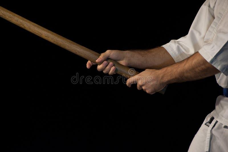 Lutador azul do aikido da correia na posição de ataque foto de stock